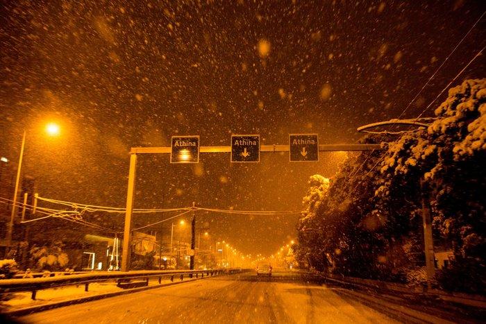 Η χιονισμένη νυχτερινή Αθήνα σε 24 φωτογραφίες - εικόνα 20