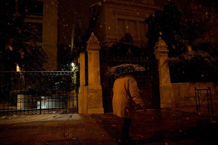 Η χιονισμένη νυχτερινή Αθήνα σε 24 φωτογραφίες - εικόνα 21