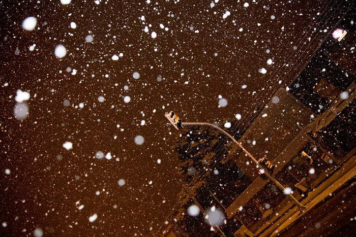 Η χιονισμένη νυχτερινή Αθήνα σε 24 φωτογραφίες - εικόνα 22