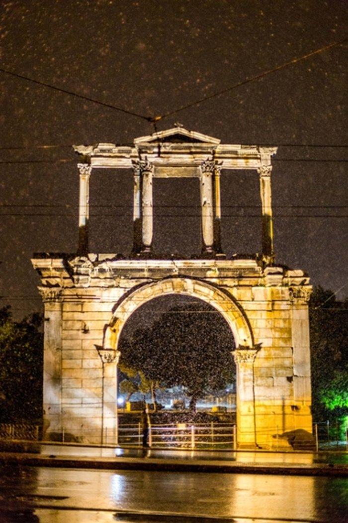 Η χιονισμένη νυχτερινή Αθήνα σε 24 φωτογραφίες - εικόνα 24