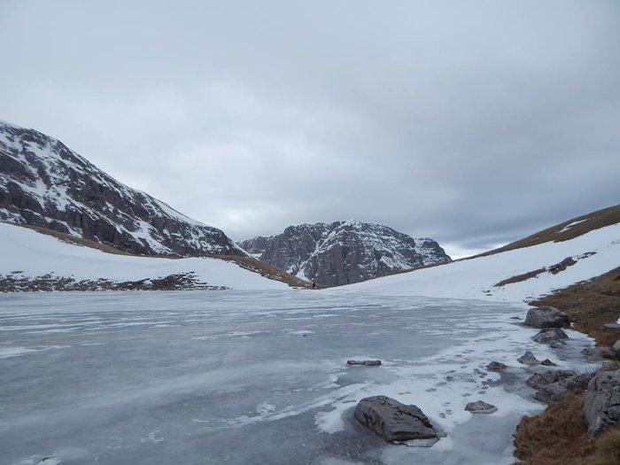 Άνδρας περπάτησε πάνω στην παγωμένη Δρακόλιμνη στην Ήπειρο- Μαγικές εικόνες