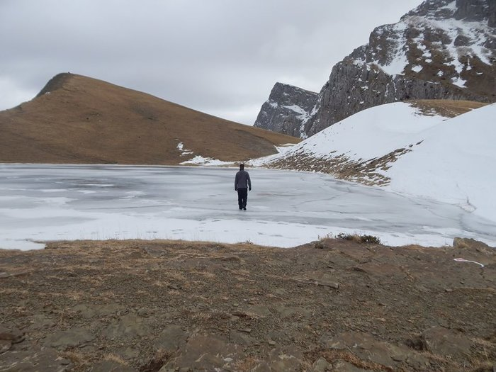 Άνδρας περπάτησε πάνω στην παγωμένη Δρακόλιμνη στην Ήπειρο- Μαγικές εικόνες - εικόνα 2