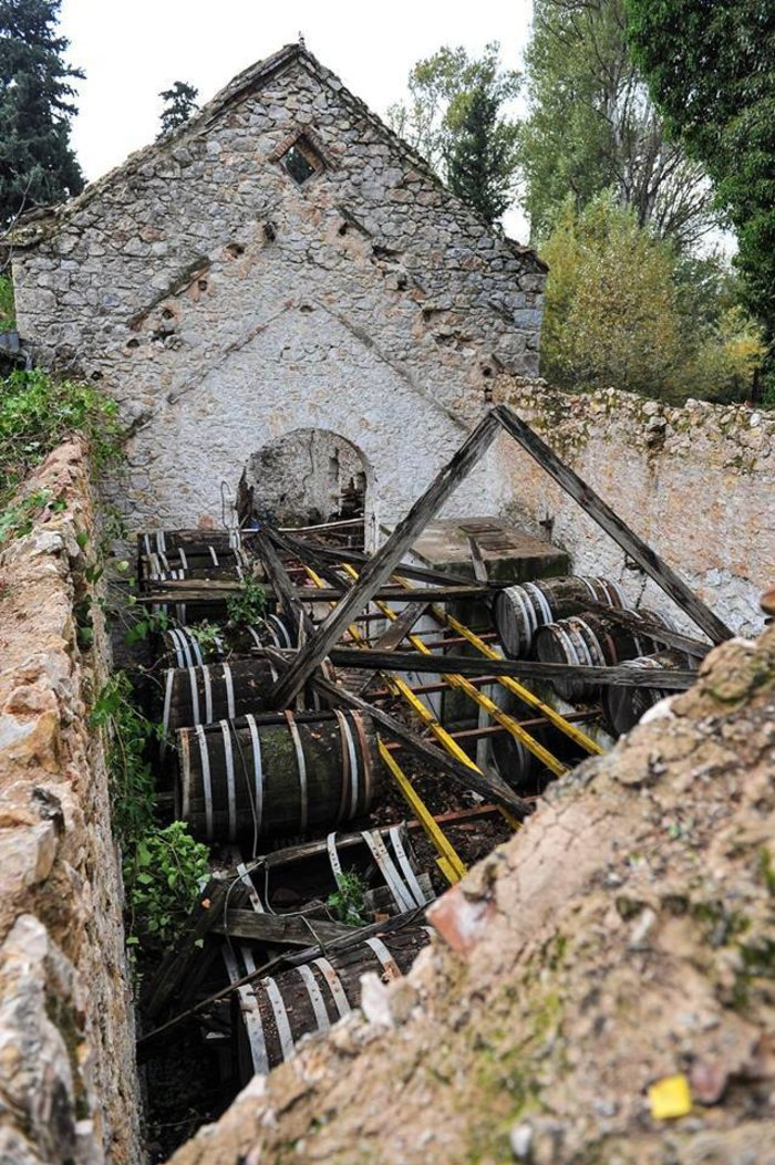 Το πετρόχτιστο κτήριο του ιστορικού Οινοποιείου που απειλείται με κατάρρευση