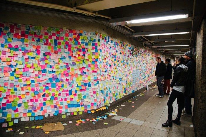 Ενα δημόσιο έργο τέχνης από χιλιάδες επιβάτες του μετρό
