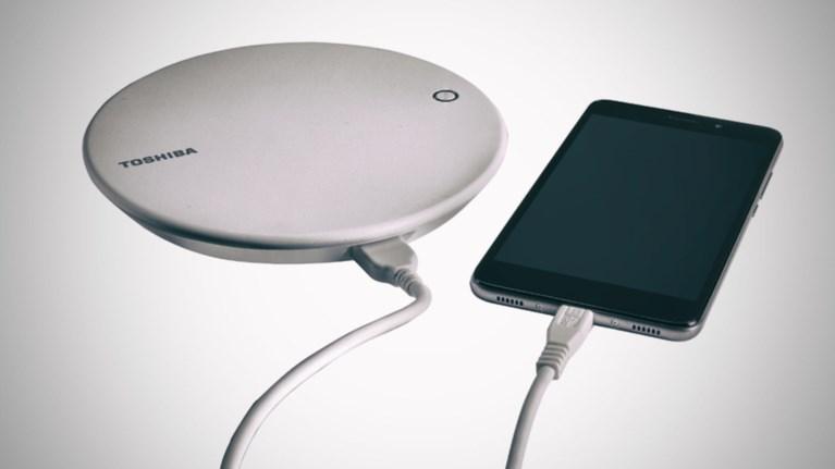 Ο νέος σκληρός δίσκος της Toshiba φορτίζει το κινητό και κάνει back-up μαζί