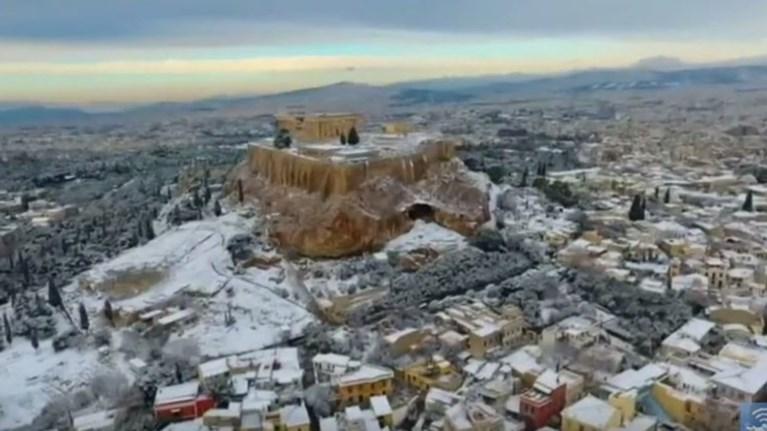 Τα μεγαλύτερα διεθνή ΜΜΕ «αποθεώνουν» τη χιονισμένη Ακρόπολη