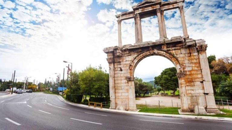 o-andrianos-sto-mouseio-akropolis-enas-rwmaios-pou-latrepse-tin-athina