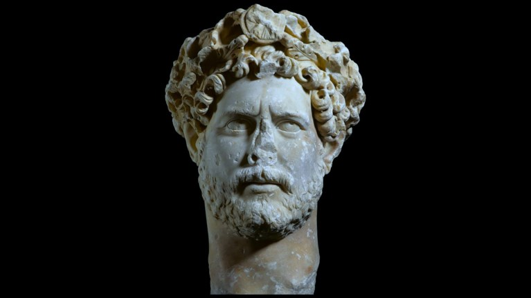 andrianos-sto-mouseio-akropolis-o-rwmaios-pou-anestise-tin-klassiki-athina