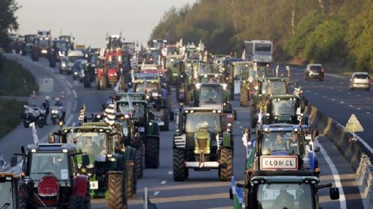 Συνεδριάζουν οι αγρότες αποφασίζουν μπλόκα από Δευτέρα