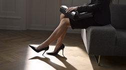 Οι εργοδότες να μην απαιτούν σεξιστικά ψηλοτάκουνα στο γραφείο