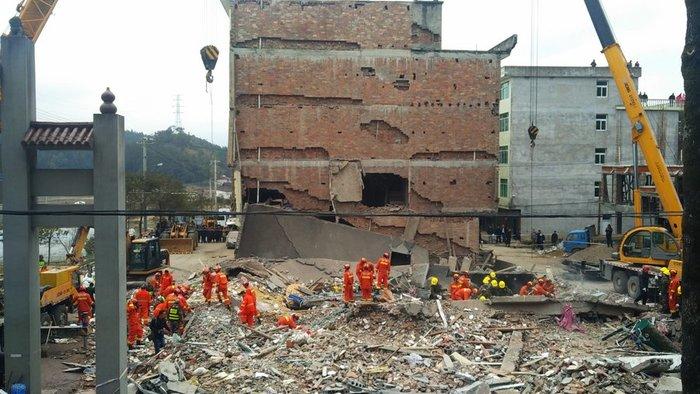 Εγκλωβισμένοι από κατάρρευση τριών πολυκατοικιών στην Κίνα