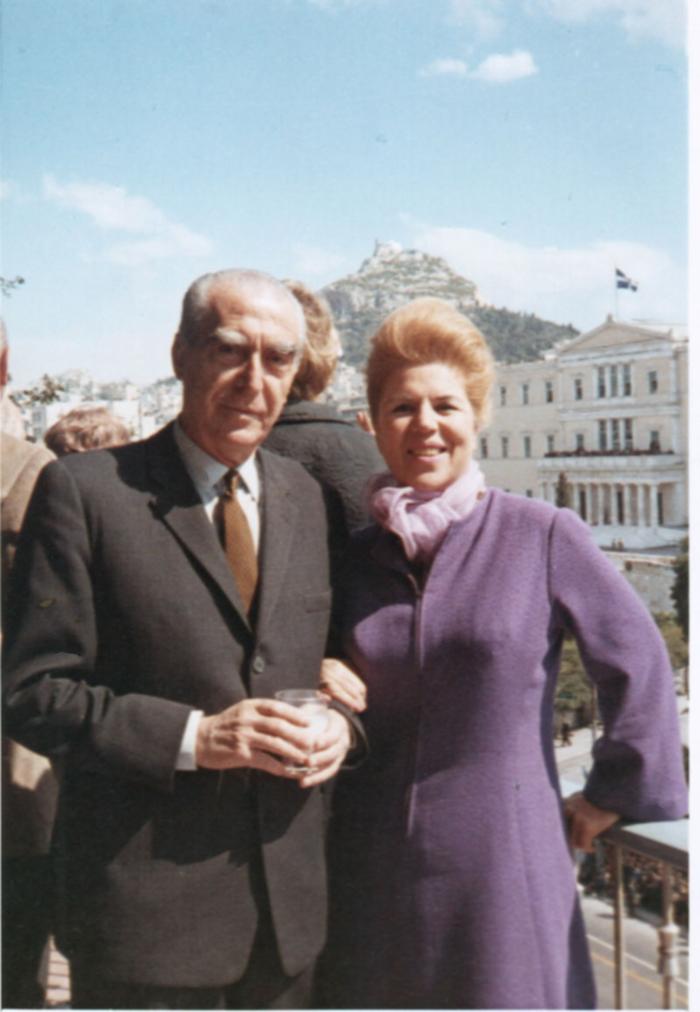 Ο Αγγελος και η Λητώ Κατακουζηνού στη βεράντα του διαμερίσματος της Αμαλίας το 1966