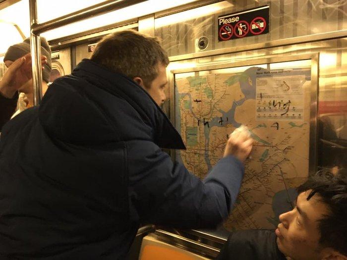 Νεοϋορκέζοι έδωσαν ισχυρό μήνυμα ξεπλένοντας το μετρό από ναζιστικά σύμβολα - εικόνα 2