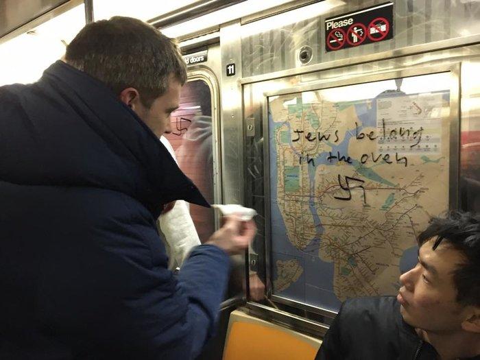 Νεοϋορκέζοι έδωσαν ισχυρό μήνυμα ξεπλένοντας το μετρό από ναζιστικά σύμβολα