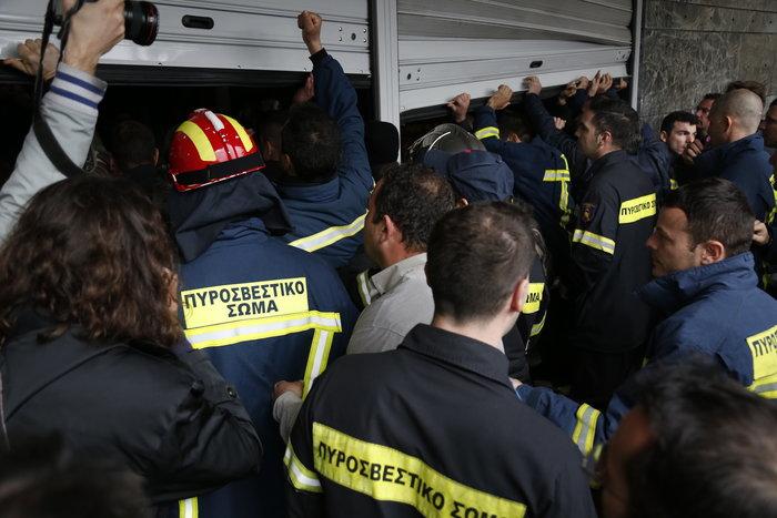 Διαδήλωση πυροσβεστών: Ένταση και σπασμένα τζάμια στο ΥΠΕΣ