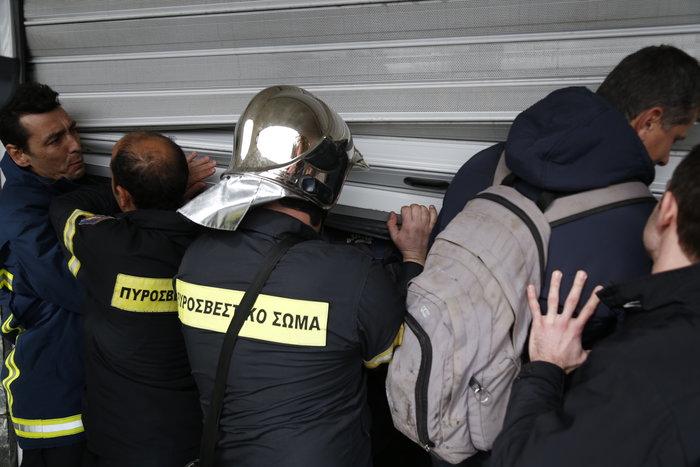 Διαδήλωση πυροσβεστών: Ένταση και σπασμένα τζάμια στο ΥΠΕΣ - εικόνα 2