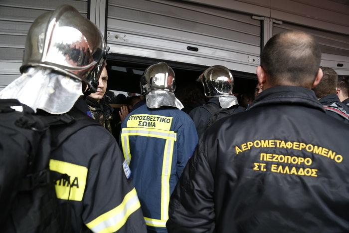 Διαδήλωση πυροσβεστών: Ένταση και σπασμένα τζάμια στο ΥΠΕΣ - εικόνα 4