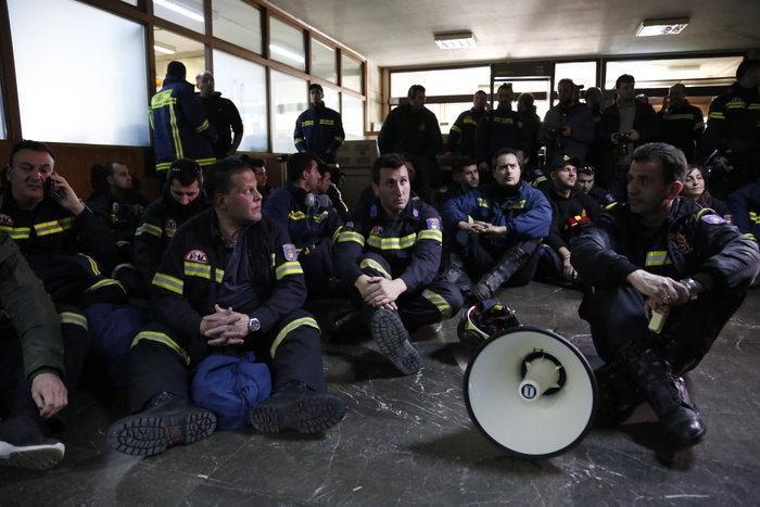 Διαδήλωση πυροσβεστών: Ένταση και σπασμένα τζάμια στο ΥΠΕΣ - εικόνα 8