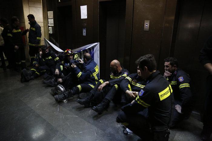 Διαδήλωση πυροσβεστών: Ένταση και σπασμένα τζάμια στο ΥΠΕΣ - εικόνα 9