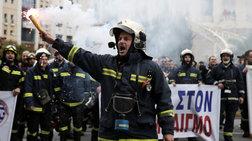 Εξω από το υπ. Διοικητικής Ανασυγκρότησης οι πυροσβέστες