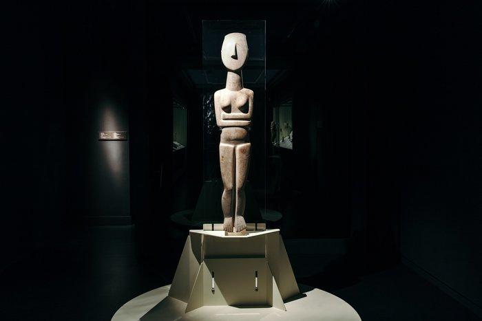 Ένα ραδιόφωνο εκπέμπει μέσα από το μουσείο Κυκλαδικής Τέχνης