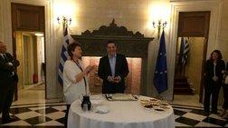 o-tsipras-ekopse-tin-pita-kai-i-tuxigelase-ston-tsakalwto