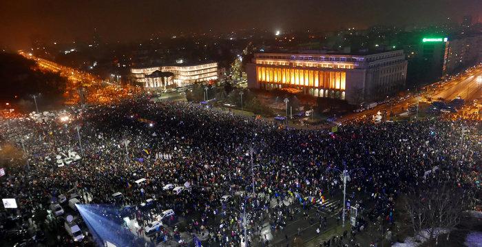 Χιλιάδες διαδηλώνουν κατά της κυβέρνησης στο Βουκουρέστι - εικόνα 2