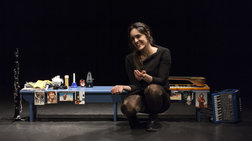 """Τα «Δανεικά Παπούτσια» συνεχίζουν να """"περπατούν"""" στο Θέατρο του Νέου Κόσμου"""