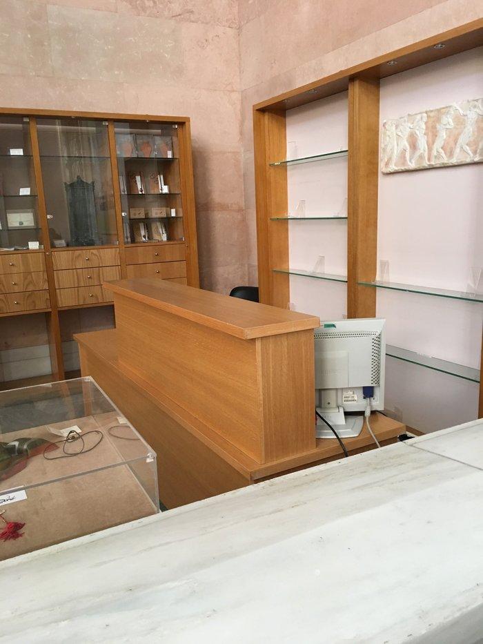 Το πωλητήριο στην είσοδο του Μουσείου, κλειστό