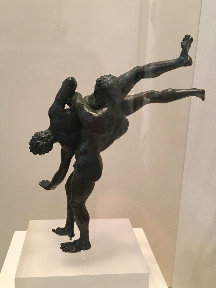 Χάλκινο σύμπλεγμα παλαιστών που συμβολίζει την πάλη του Ηρακλή με τον Ανταίο