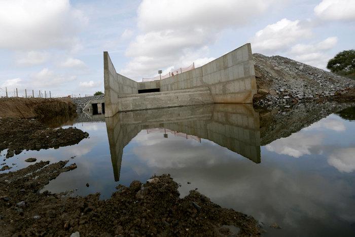 Εργα για την εκτροπή του ποταμού Σάο Φρανσίσκο που ξεκίνησαν, αλλά δεν ολοκληρώθηκαν ποτέ