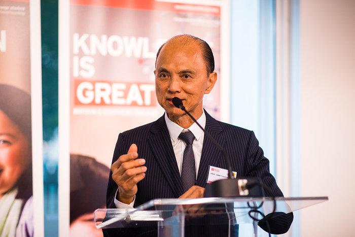 Ο διεθνούς φήμης σχεδιαστής υποδημάτων και απόφοιτος βρετανικής εκπαίδευσης, Καθηγητής Jimmy Choo