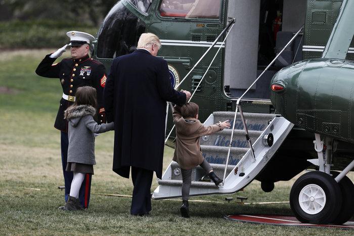 Ο Τραμπ έβγαλε βόλτα τα εγγόνια του στον κήπο του Λευκού Οίκου - εικόνα 2