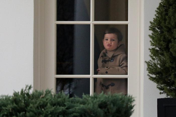 Ο Τραμπ έβγαλε βόλτα τα εγγόνια του στον κήπο του Λευκού Οίκου - εικόνα 3