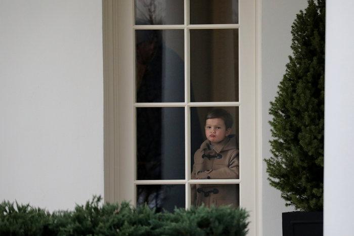 Ο Τραμπ έβγαλε βόλτα τα εγγόνια του στον κήπο του Λευκού Οίκου - εικόνα 4