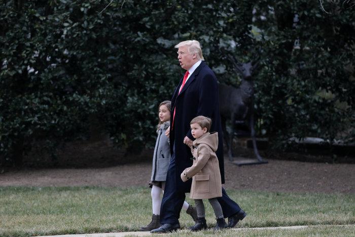 Ο Τραμπ έβγαλε βόλτα τα εγγόνια του στον κήπο του Λευκού Οίκου - εικόνα 6