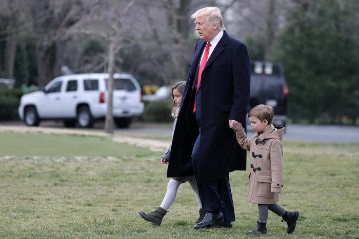 Ο Τραμπ έβγαλε βόλτα τα εγγόνια του στον κήπο του Λευκού Οίκου - εικόνα 7