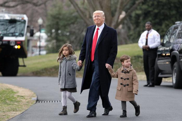 Ο Τραμπ έβγαλε βόλτα τα εγγόνια του στον κήπο του Λευκού Οίκου