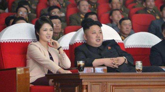 Η πρώτη εμφάνιση της συζύγου του Κιμ Γιονγκ Ουν