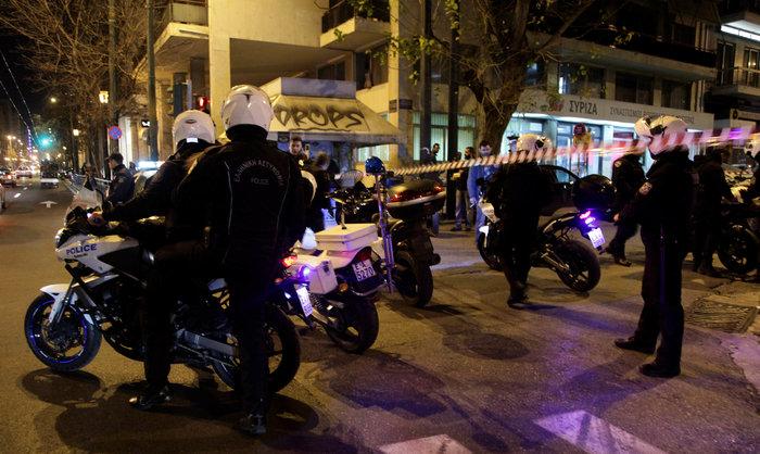 Μασκαρεμένοι έριξαν βόμβες μολότοφ στα γραφεία του ΣΥΡΙΖΑ - εικόνα 3