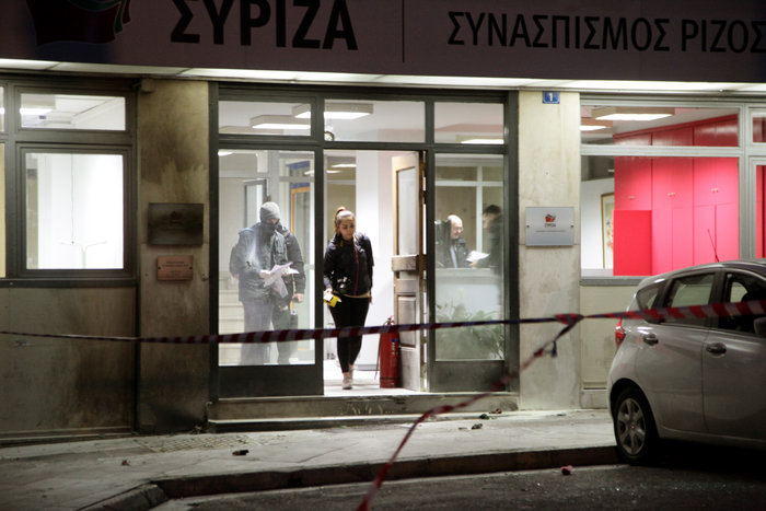 Μασκαρεμένοι έριξαν βόμβες μολότοφ στα γραφεία του ΣΥΡΙΖΑ - εικόνα 2