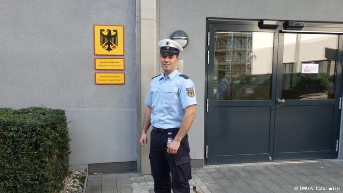 Από την ΕΛΑΣ στη Budespolizei: Ένας Έλληνας στη γερμανική αστυνομία