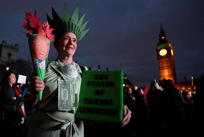 Χιλιάδες Λονδρέζοι διαδηλώνουν κατά της επίσκεψης Τραμπ στη χώρα - εικόνα 2