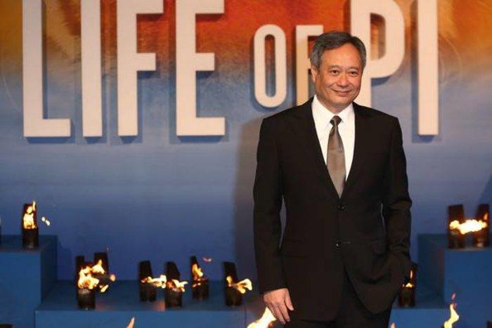 Ο Ανγκ Λι μόνος χωρίς αρχαιότητες στο φόντο και την Πέμη Ζούνη