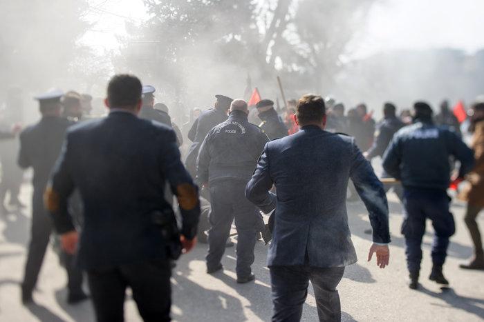 Επεισόδια στα Ιωάννινα μεταξύ αντιεξουσιαστών και αστυνομικών ((ΦΩΤΟ) - εικόνα 4