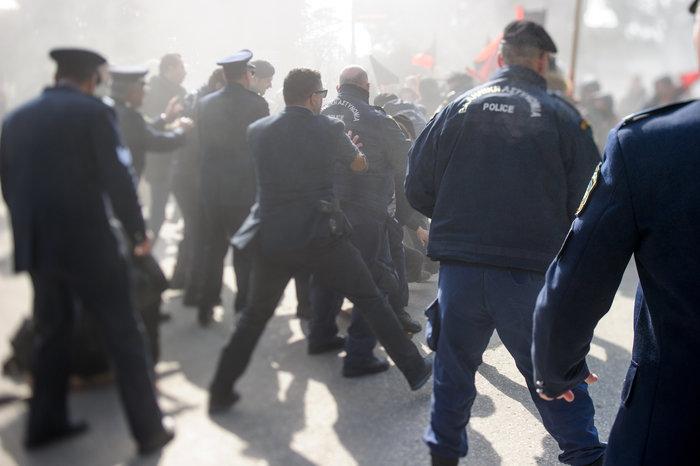 Επεισόδια στα Ιωάννινα μεταξύ αντιεξουσιαστών και αστυνομικών ((ΦΩΤΟ) - εικόνα 5