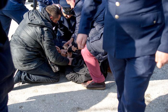 Επεισόδια στα Ιωάννινα μεταξύ αντιεξουσιαστών και αστυνομικών ((ΦΩΤΟ) - εικόνα 8