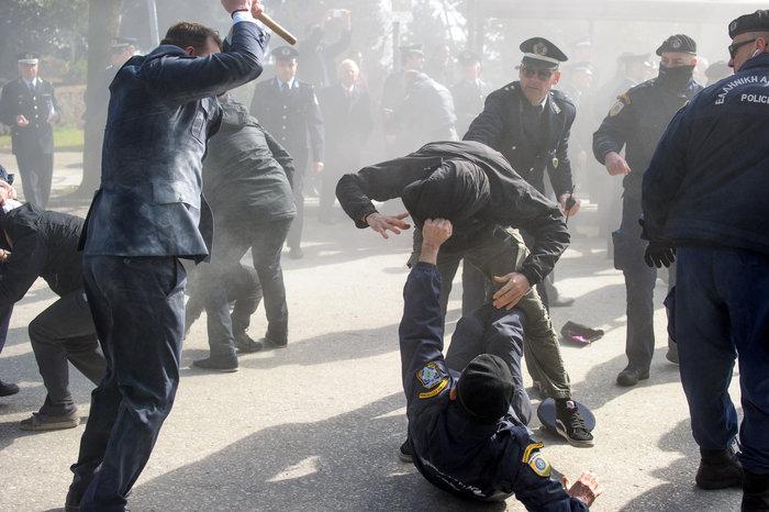 Επεισόδια στα Ιωάννινα μεταξύ αντιεξουσιαστών και αστυνομικών ((ΦΩΤΟ) - εικόνα 7