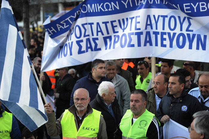 Διαμαρτυρία ενστόλων στο Σύνταγμα για το μισθολόγιο τους (φωτό)
