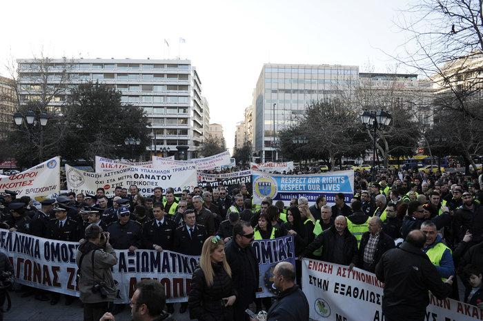 Διαμαρτυρία ενστόλων στο Σύνταγμα για το μισθολόγιο τους (φωτό) - εικόνα 3